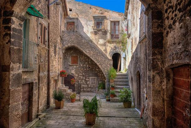 The village of Santo Stefano di Sessanio is one of the most famous in Italy and is also involved in the scheme of ancient Italian houses.  (Stefano Pellicciari / Adobe Stock)