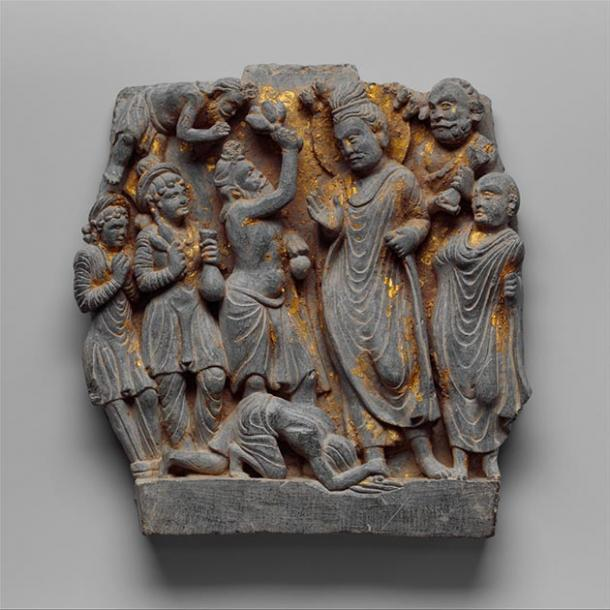Sumedha and Buddha Dipankara, 2nd century, Gandhāra. Here, the bodhisattva Sumedha is depicted offering flowers to Buddha Dipankara. (Farang Rak Tham / Public Domain)