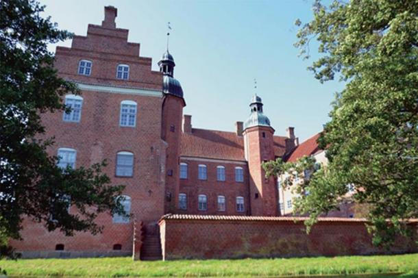 View from east. The southern wing (left) was new. The gables were curved in Dutch style except for the gate tower, which curiously was provided with stepped gables instead. Later all gables were made into stepped gables. (Author provided)