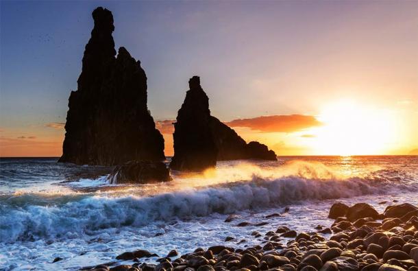 Madeira Coast ( Galyna Andrushko / Adobe Stock)
