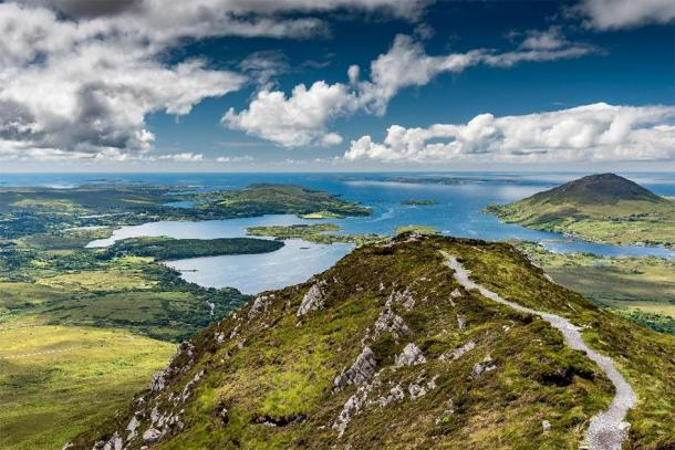 The hiking trail at the top of Diamond Hill in Connemara National Park, Ireland. (Louis-Michel DESERT /Adobe Stock)