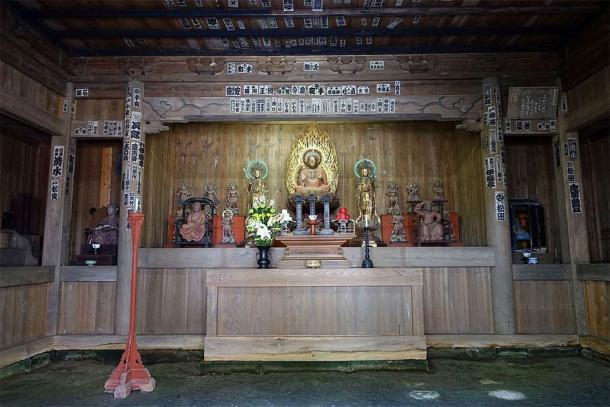 Kaizo-ji Temple altar showing the two Bosatsu attendants, Nikko Bosatsu and Gakko Bosatsu, flanking the Yakushi Nyorai statue (Daderot / CC0)