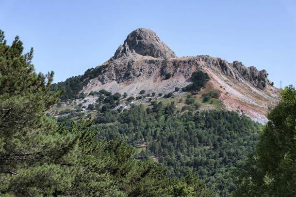 1340 meters above sea level, the sharp peak of Novara Rock is a true natural observatory. (ollirg / Adobe Stock)