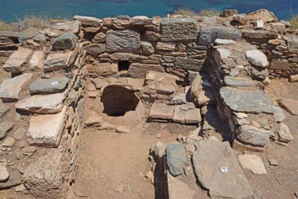 Upper section of a storage jar in situ. (AMNA/Greek Ministry of Culture)