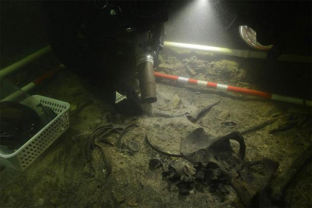 Recovering the medieval soldier's remains from Lake Asveja. (G. Krakauskas)