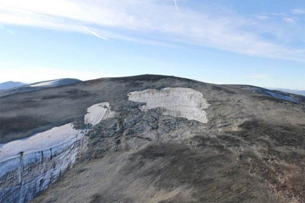 The upper part from Langfonne, photographed from a helicopter in September 2014. The light grey areas have been exposed by retreating ice and snow in the last two decades. (Glacier Archaeology Program, Innlandet County Council)
