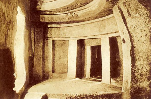 Photograph of the megalithic Hypogeum temple's inner chamber in Malta, taken before 1910 AD. (Richard Ellis / Public domain)