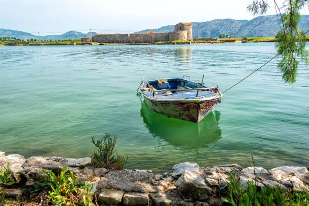 View of the Ali Pasha Castle across the waters (jkraft5 / Adobe Stock)