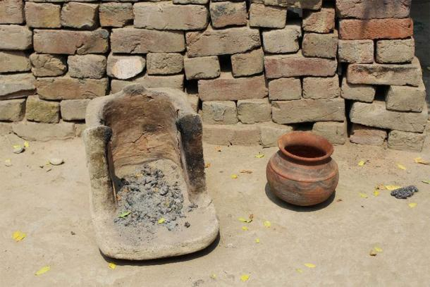 Example of contemporary hearth and clay vessel in rural Haryana, India. (Image: Akshyeta Suryanarayan)