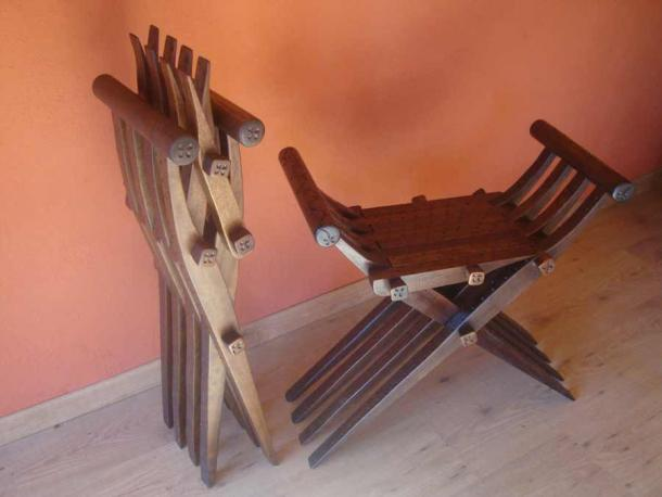 A folding Spanish wooden curule chair, which shows how the design of this kind of chair progressed steadily from ancient Roman times. (Slay / Public domain)