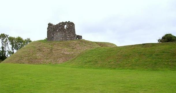 The motte (left) and bailey (right) of Clough Castle in Ireland. (CC BY-SA 2.0)
