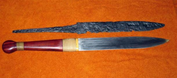 One of the most typical and easily accessible Viking weapons is the seax. Pictured: an excavated seax (top) and a replica (below). (Bullenwächter / CC BY-SA 3.0)