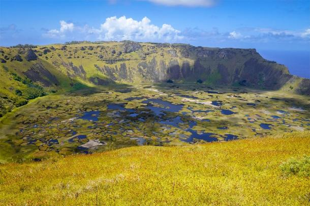The crater from the Rano Kau volcano, where the Birdman cult competition took place. (daboost / Adobe stock)
