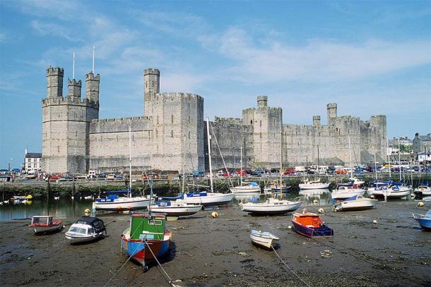 Caernarfon Castle, western view at low tide. (Herbert Ortner / CC BY 3.0)