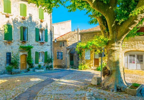 Narrow street in the old town of Vaison-la-Romaine in France (dudlajzov / Adobe Stock)