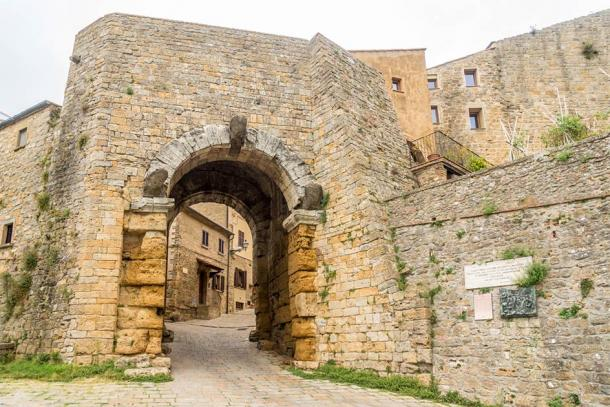 Porta all'Arco, the ancient Etruscan gateway in Volterra (milosk50 / Adobe Stock)