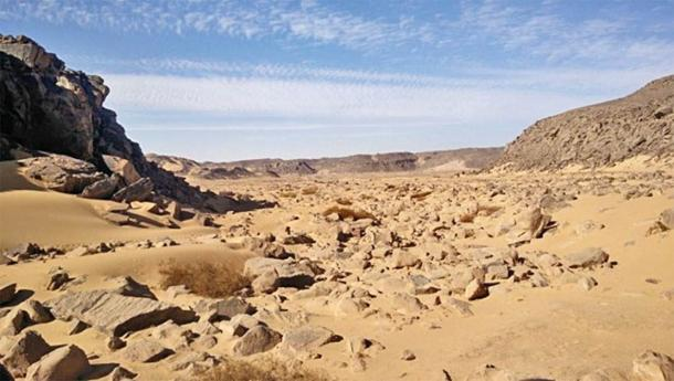 The research area Wadi el Malik east of Aswan with figures engraved in rock. (Ludwig Morenz)