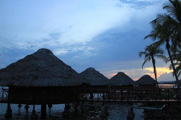 Customary Guna (Kuna) houses in the Guna Yala built on stilts over shallow coastal marshes in Panama. (Ayaita/CC BY 3.0)