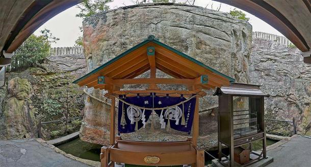 Shinto shrine at Ishi-no-Hoden. (z tanuki / CC BY 3.0)
