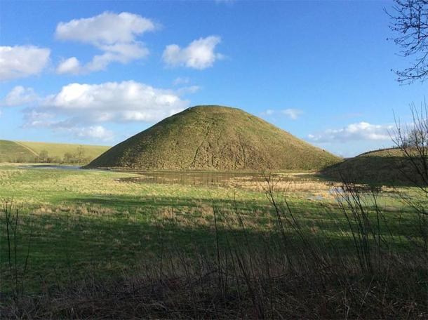 Silbury Hill: a monumental Neolithic mound west of the River Kennet and south of Avebury village (LizzRoe / CC BY-SA 4.0)