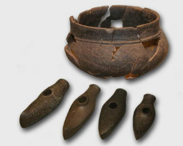 Cord Ware beaker, plus Boat Axe Culture pottery, stone axes, at The Estonian History Museum. (CC BY 3.0)
