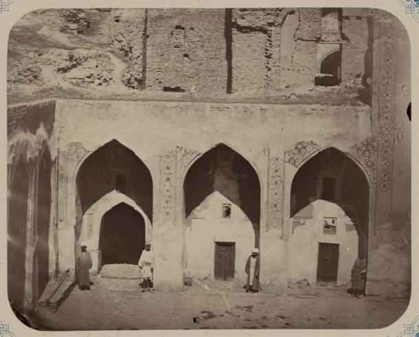 Interior courtyard at the Ulugh Beg Madrasa (Public domain)