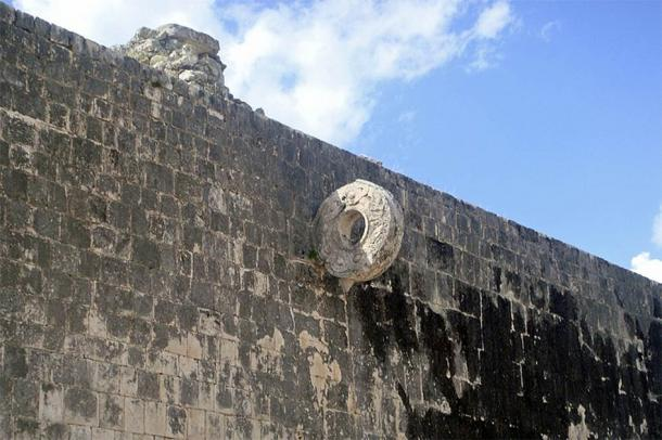 Great Ball Court at Chichen Itza (Mario Roberto Durán Ortiz) / CC BY-SA)