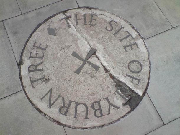 The stone commemorating the Tyburn Tree site on the traffic island at the junction of Edgware Road and Marble Arch. (Public Domain)