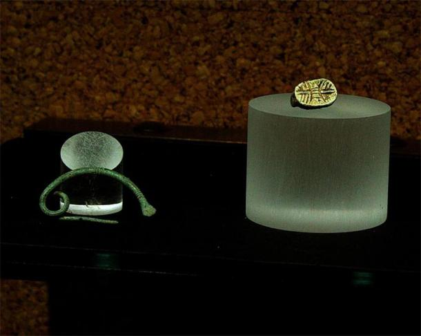 Scarab and fibula found in tomb 25. (DedaloNur/CC BY SA 3.0)