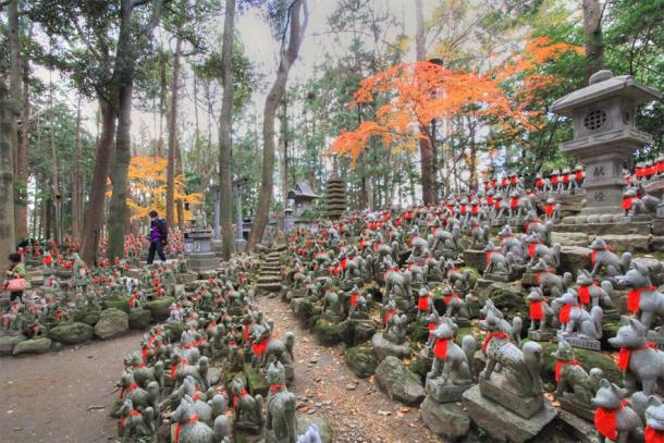 The Toyokawa Inari Shrine in Toyokawa is known for its Reiko-zuka, the hill of divine foxes, which contains about one thousand kitsune fox statues. (くろふね / CC BY 3.0)