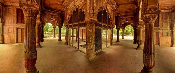 While there is little in the historic record about Roshanara, her garden and tomb can still be visited today in Delhi. After falling out with her brother Auragzeb, she was banished to these gardens and was buried here after her death in 1671. (Prayash Giria / CC BY-SA 3.0)