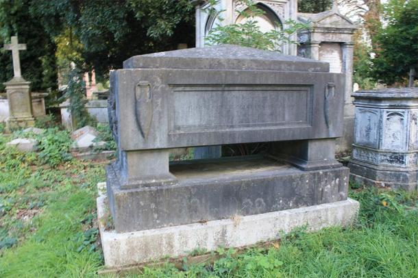 The grave of the 2nd Marquess of Sligo, Kensal Green Cemetery. (Stephencdickson / CC BY-SA 4.0)