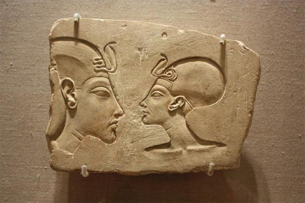 The Wilbour Plaque, with the pharaoh and his queen both wearing the headdress featuring the uraeus. Brooklyn Museum (Roan, P / CC BY-NC 2.0)