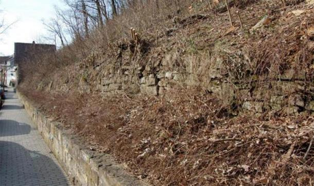 The original façade of Cairn 1 with the modern wall below it. (Author provided)