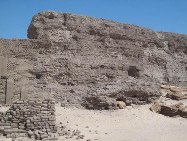 Niched wall made of mud-bricks at the Shunet El-Zebib funerary enclosure of Khasekhemwy, at Abydos. (isawynu / CC BY 2.0)