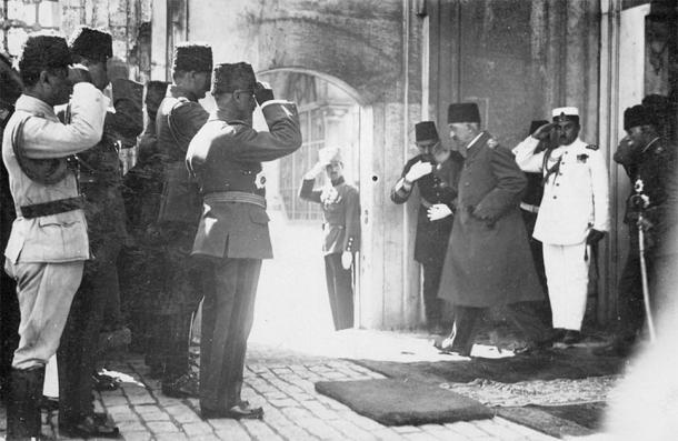 Mehmed VI, the last Sultan of the Ottoman Empire, leaving the country after the abolition of the Ottoman sultanate, 17 November 1922. (Variditric / Public Domain)