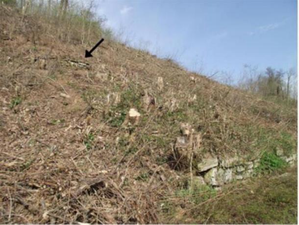 Horizontal dry stone masonry is visible on the steep Western slope of Cairn 2. The cairn has a length of about 166 meters. (Author provided)