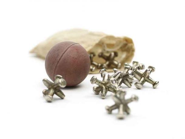 Des os d'articulation en métal se sont répandus d'un sac avec la balle qui rebondit - c'est un jeu d'adresse et dans la Grèce antique, ils utilisaient en fait les os de la cheville de mouton de la même manière. (Musée des enfants d'Indianapolis / CC BY-SA 3.0)
