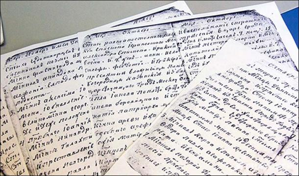 Samples of Monk Feodor (top) and Alexander I's handwriting.