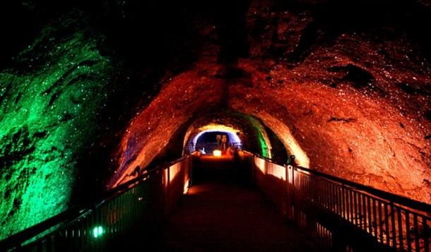 lighted tunnel of the Khewra Salt Mine - Las enormes y antiguas minas de sal de Khewra...
