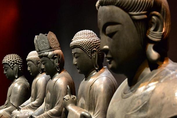 A line of Buddhas.