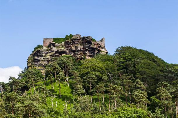 The location on Beeston Castle on the summit of the dramatic crag, Cheshire (Jason Wells / Adobe Stock)