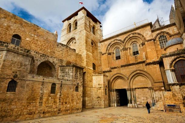 Main entrance of the Church of the Holy Sepulchre in Old City of Jerusalem (frag / Adobe Stock)