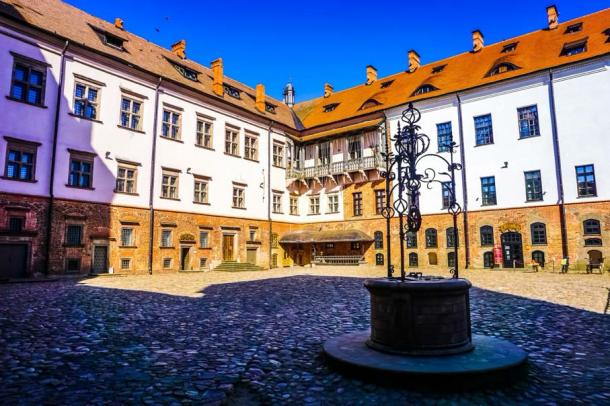 Mir Castle complex well within the courtyard (Aleksander/Adobe Stock)
