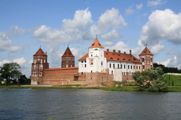 View of Mir Castle from the river (yuri4u80 / Adobe Stock)