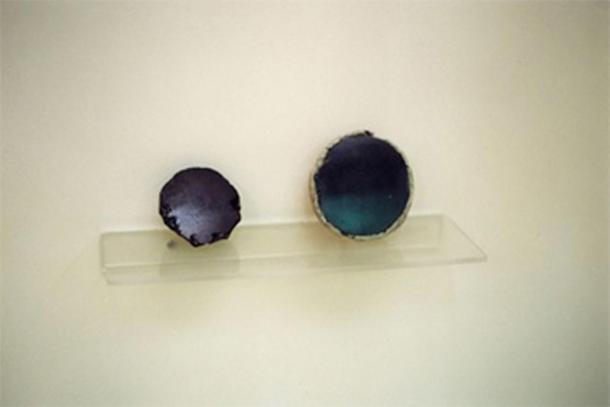 Obsidian mirrors. Çatalhöyük, 6000-5500 BC. Museum of Anatolian Civilizations, Ankara. (Zde/ CC BY-SA 4.0)