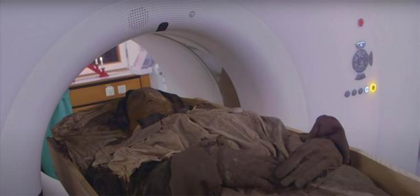 The bishop's mummified body entering the CT scanning equipment. (Lund University / YouTube screenshot)