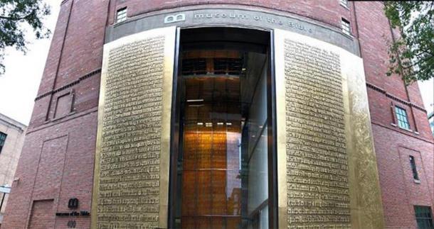 Museum of the Bible, November 4, 2017. Washington, D.C. Exterior front door. (Fuzheado/CC BY SA 4.0)
