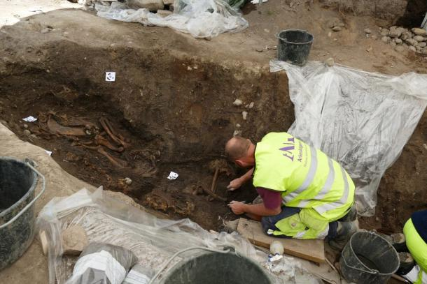 Archaeologists work on the skeleton of a horse found in the Viking ship burial site. (Arkeologerna)