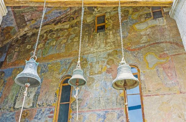 The old bells of Dormition Church in Vardzia (efesenko / Adobe Stock)